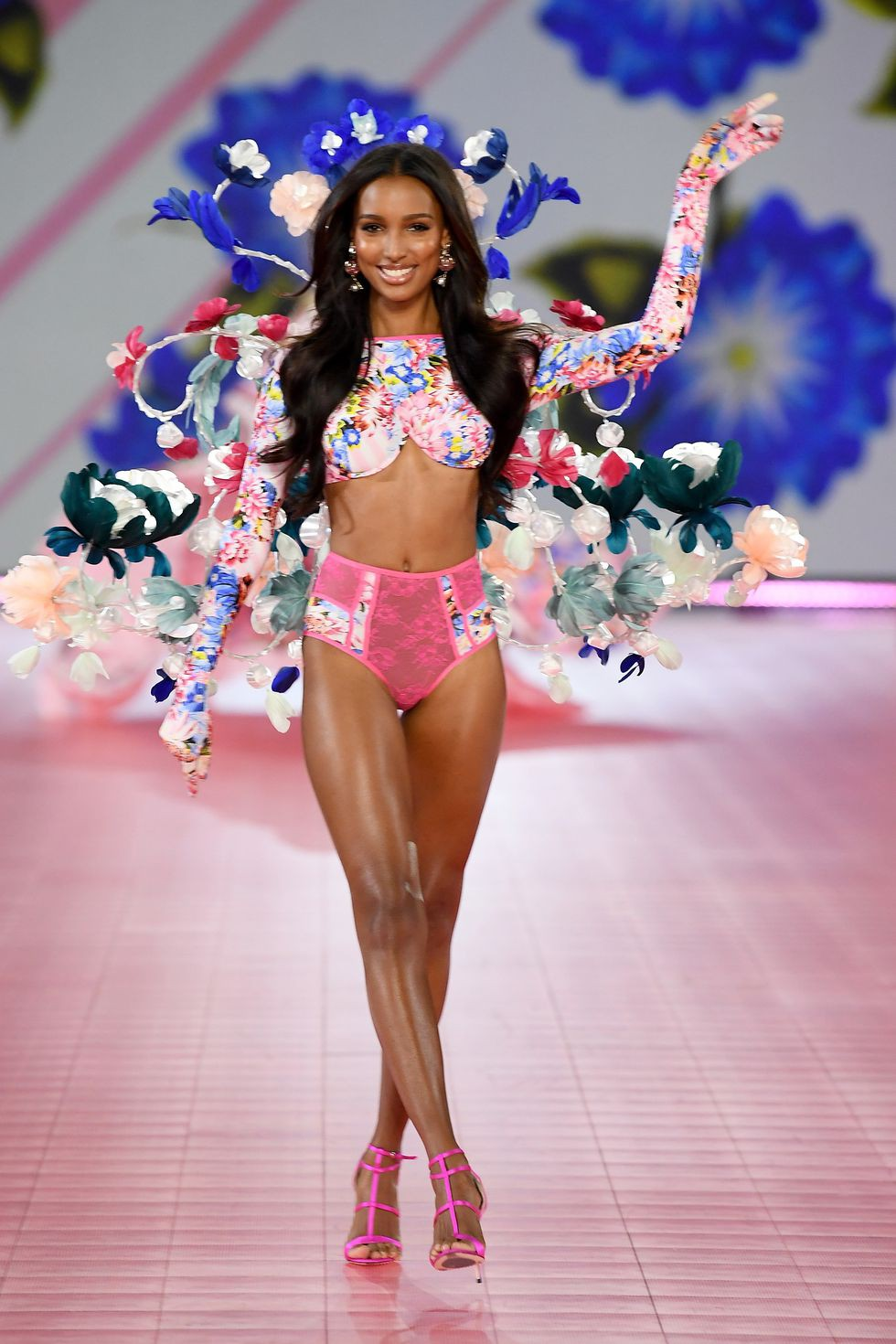 Thiên thần Jasmine Tookes nhẹ nhàng quyến rũ trong BST Victoria's Secret x Mary Katrantzou