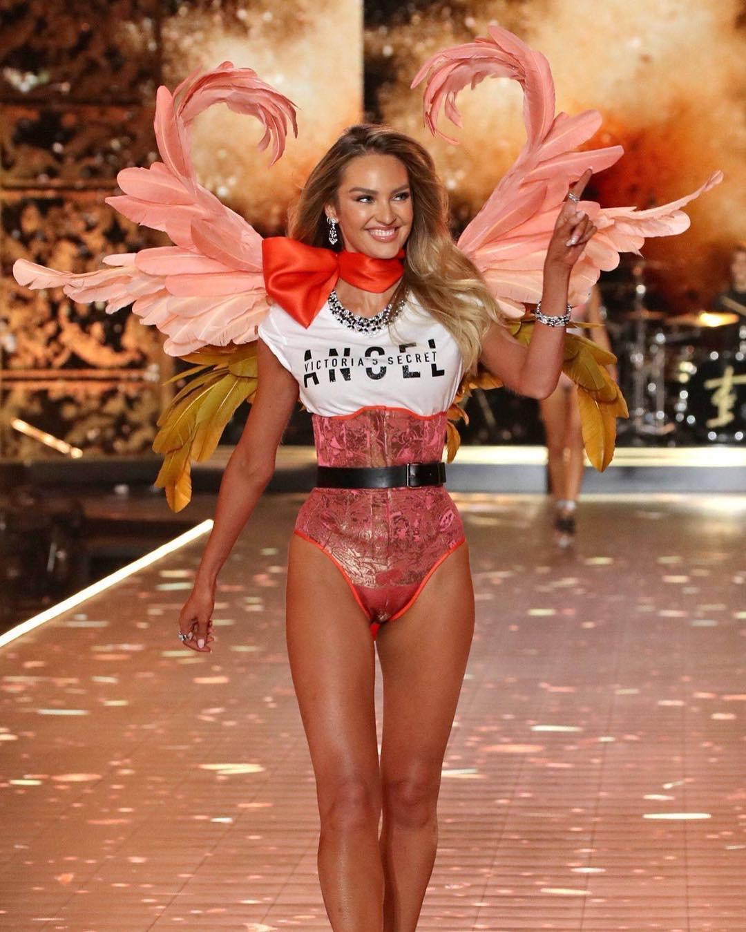 Thiên thần Victoria's Secret xinh đẹp nhất - Candice Swanapoel mở màn BST Flights of Fantasy. Ảnh: Pinterest