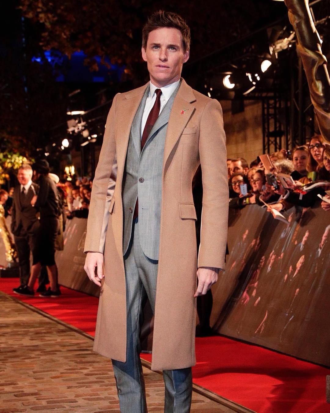Eddie Redmayne xuất hiện trong top thời trang sao nam ấn tượng với phong cách cổ điển sang trọng. Ảnh: Instagram @alexandermcqueen