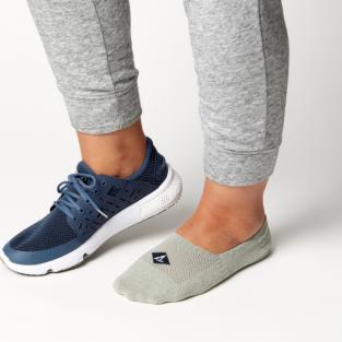 Mang giày không vớ là nguyên nhân hôi chân ở nam giới?