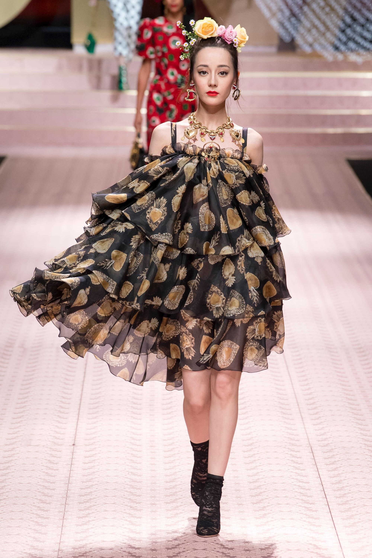 Địch Lệ Nhiệt Ba sải bước trên sàn diễn của nhà mốt Dolce&Gabbana hồi tháng 9 vừa qua. Ảnh: Vogue