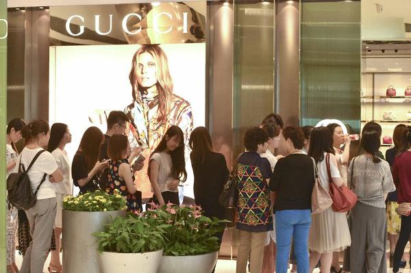 TIn tức thời trang đáng chú ý trong nửa cuối tháng 11 chính là việc việc tụt giảm doanh số của các thương hiệu thời trang cao cấp tại Trung Quốc. Ảnh: China Daily