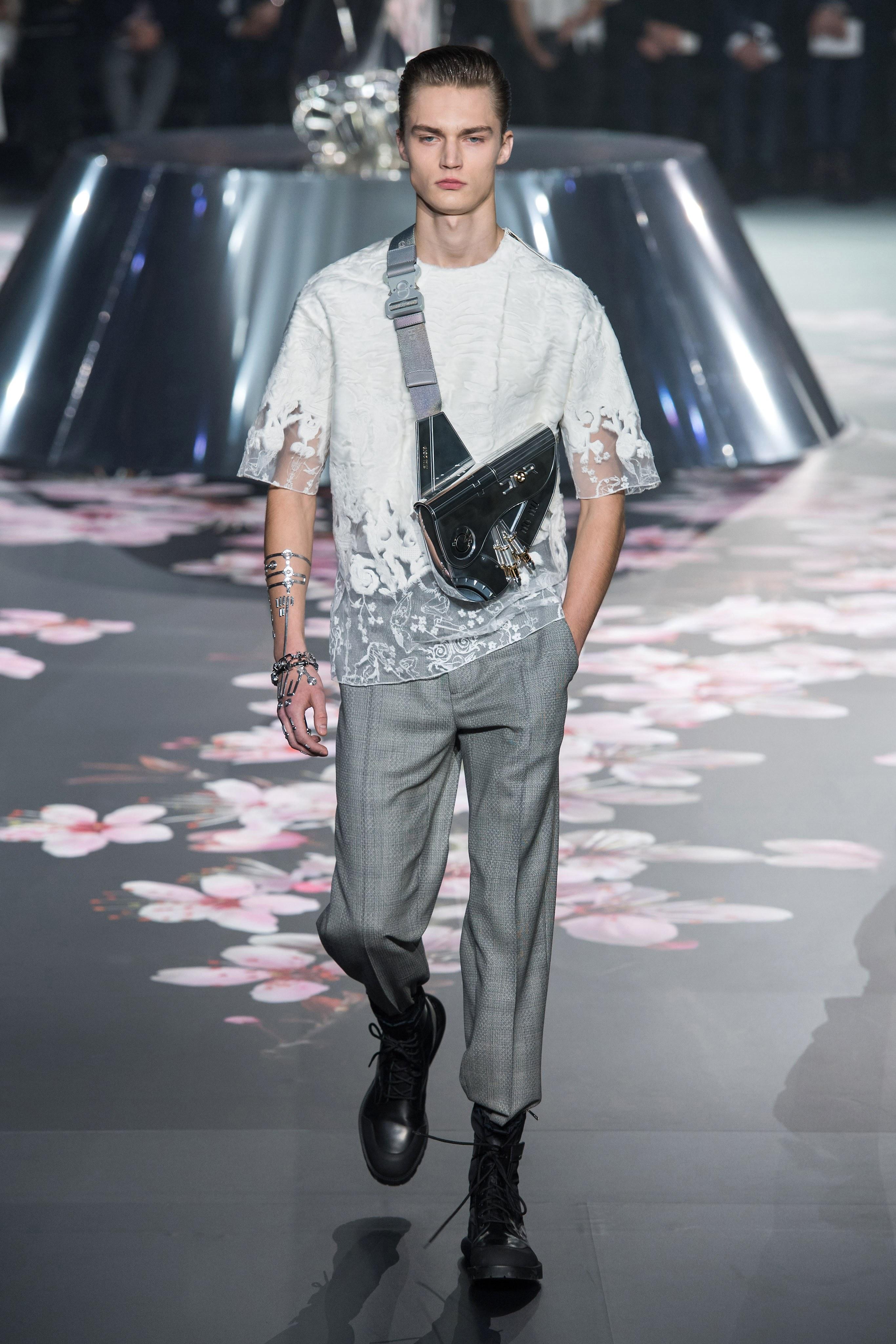 Chiếc túi Saddle Bag trứ danh Dior được phá cách , nâng tầm cá tính để phù hợp với hình ảnh hiện đại của các quý ông. Ảnh: Vogue