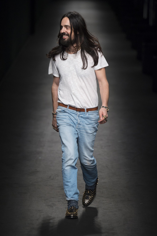 Hình ảnh dung dị của Alessandro Michele khi kết thúc bộ sưu tập đầu tay trên cương vị giám đốc sáng tạo của Gucci. Ảnh: Vogue