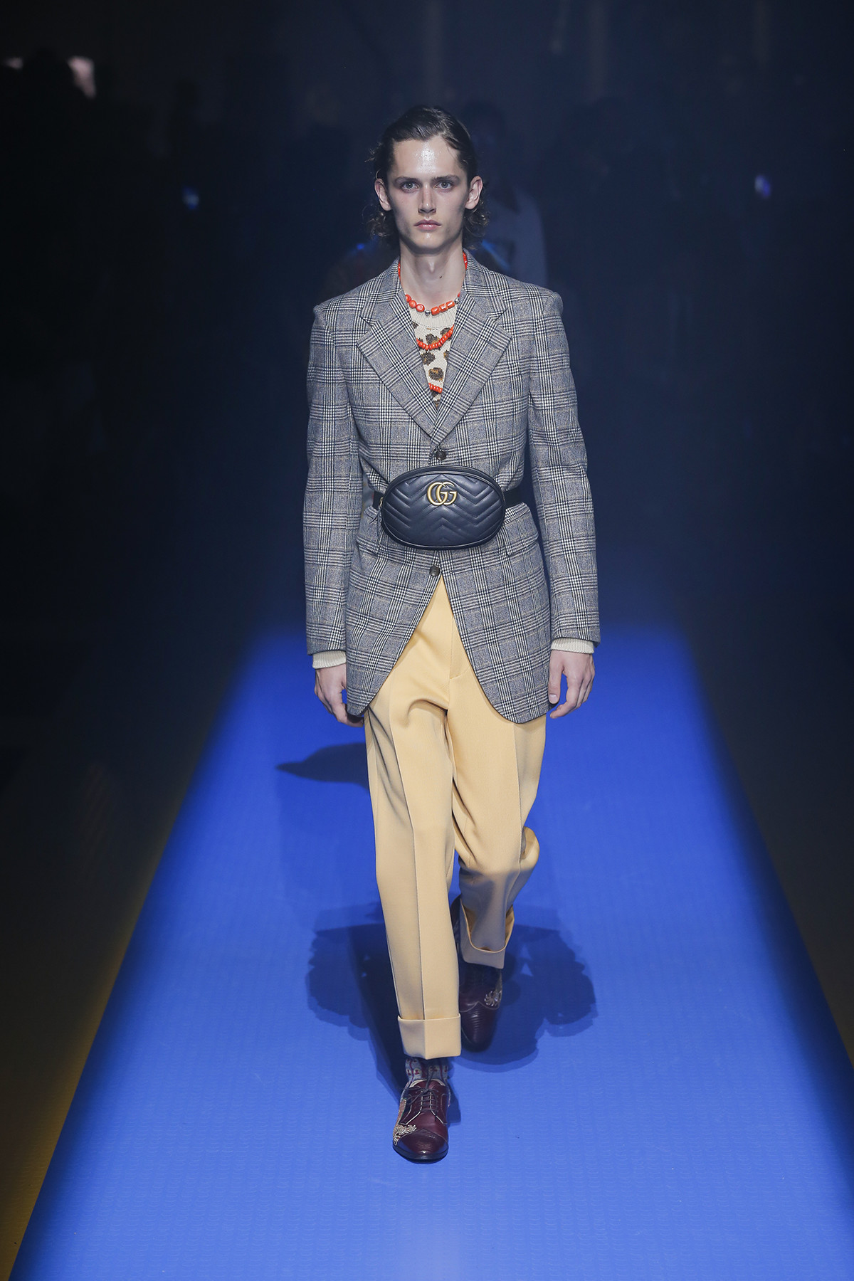 Những chàng trai qua đôi tay kì diệu của Alessandro Michele mang dáng dập nữ tính mảnh khảnh. Ảnh: Gucci