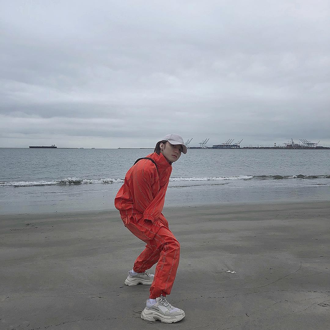 Sắc đỏ thời thương giữa bản biển, ai bảo mùa Đông không được mặc track suit? Ảnh: Instagram @sontungmtp