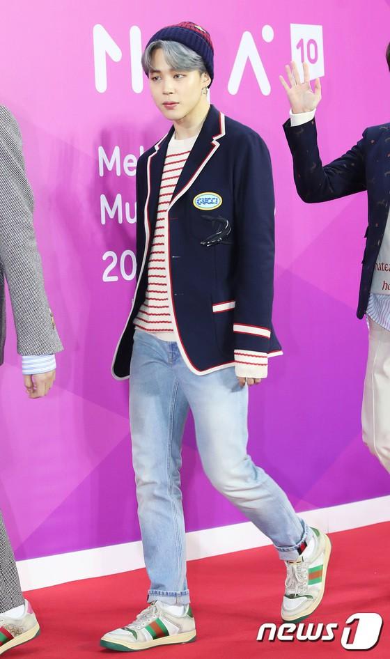 Jimin trẻ trung với outfit mang đậm tinh thần preppy. Ảnh: News 1