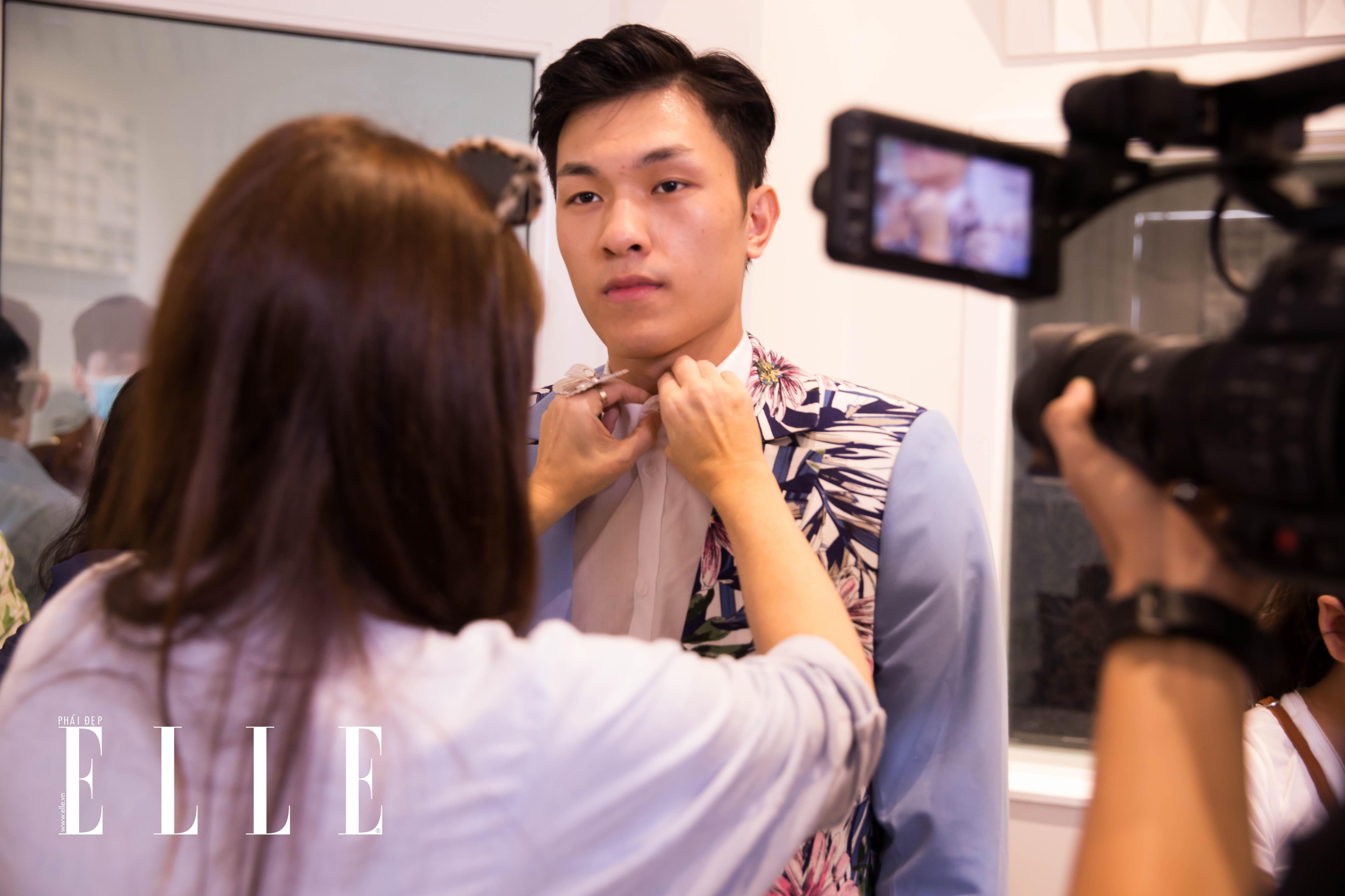 Anh chàng trong buổi fitting cho chương trình trong BST Fashion for Freedom. Ảnh: ELLE Việt Nam