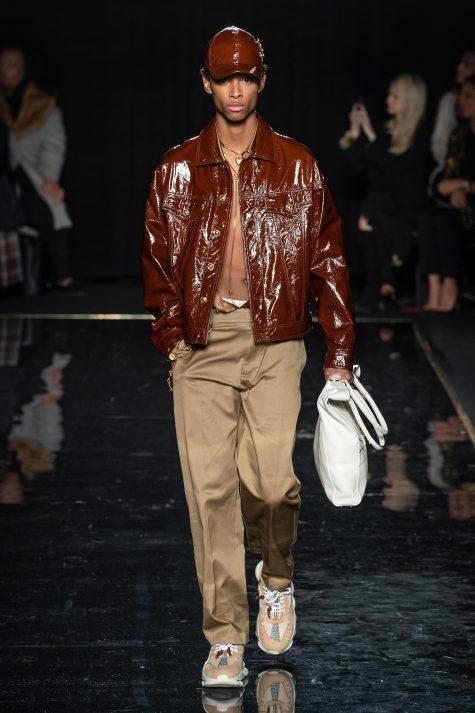Túi tote bản to tiếp tục hành trình đồng hành của giới mộ điệu thời trang trong năm 2019 với màu sắc thanh nhã. Ảnh: Vogue