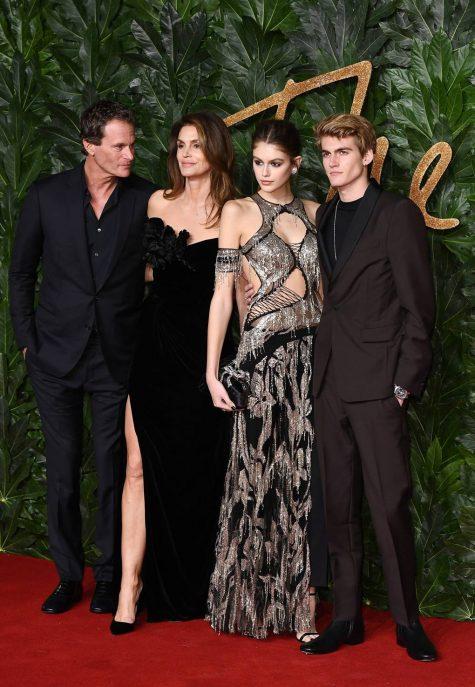 Gia đình siêu mẫu Cindy Crawford, đặc biệt cô con gái Kaia cũng được vinh danh Người mẫu của năm tại sự kiện này. Ảnh: Vogue