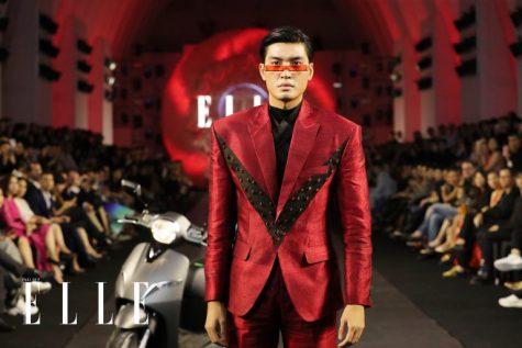 Người mẫu Quang Đại mở màn ELLE Fashion Juorney 2018 với trang phục mang đậm cảm hứng tương lai. Ảnh: Daingo Studio