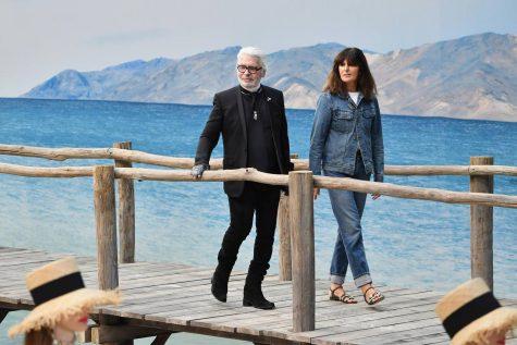 Giám đốc sáng tạo Karl Lagerfeld (trái) cho rằng đây là hành động tự nguyện để bảo vệ môi trường. Ảnh: NDLYSS