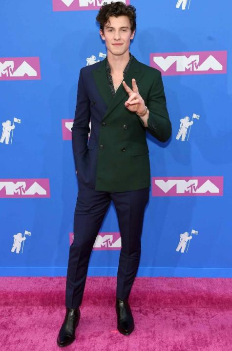 Top 5 sao nam mặc đẹp 2018 gọi tên Shawn Mendes với bộ suit lịch lãm mang đến sự hòa trộn thú vị giữa sắc xanh nay với màu xanh cổ vịt. Ảnh: GQ