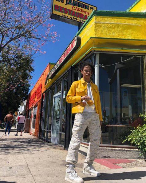Quần cargo hoạ tiết camouflage, áo thun trắng basic làm nền để thu hút sự chú ý lên chiếc áo khoác da màu neon vàng đầy phá cách là điểm cộng cho chàng mẫu Luka Sabbat dừng chân ở vị trí thứ 12. Ảnh: Instagram @lukasabbat