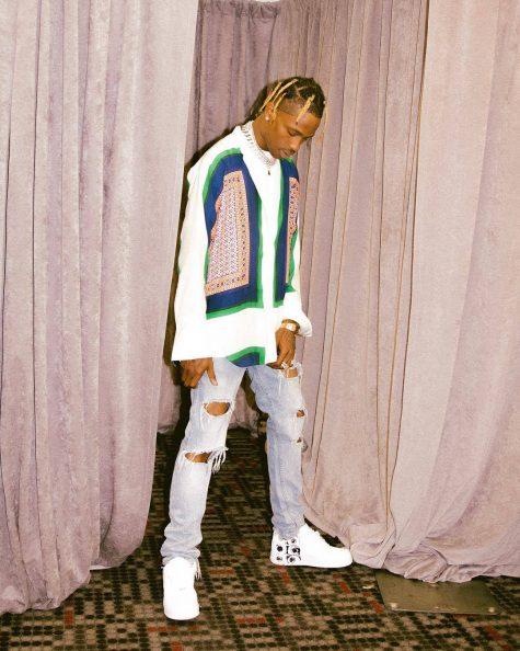 Vị trí thứ 17 thuộc về Travis Scott với bộ outfit kết hợp hài hòa giữa văn hóa hip hop với hơi thở phóng khoáng của bohemian. Áo sơ mi quá khổ với các họa tiết hình học đan xen trên nền lụa dệt thủ công được anh chàng kết hợp cùng quần jeans rách gối và đôi sneaker collab của Nike và Comme des Garcon. Ảnh: nstagram @travisscott