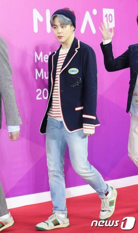 Park Jimin (BTS) là sao nam hiếm hoi của khu vực K-pop lọt vào top thời trang sao nam nổi bật của năm. Áo phông kẻ sọc ngang được layer ngẫu hứng với quần denim light wash cùng đôi sneaker trắng tối giản gây dấu ấn mạnh mẽ bởi tinh thần preppy. Đáng chú ý nhất chính là chiếc blazer màu xanh navy của Gucci với những đường bo quanh áo phảng phất hơi thở retro của nhà Gucci dưới thời Alessandro Michele. Ảnh: News 1