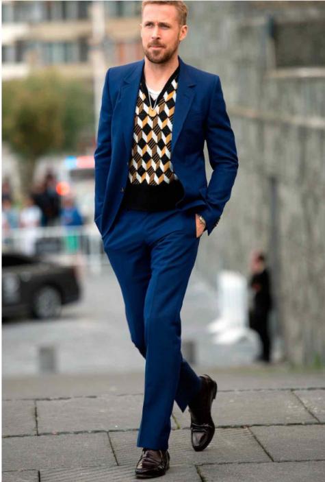 Dừng chân ở vị trí 16 chính là chàng diễn viễn lãng tử Ryan Gosling trong bộ suit màu xanh navy được layer thú vị với áo len họa tiết hình học. Ảnh: GQ