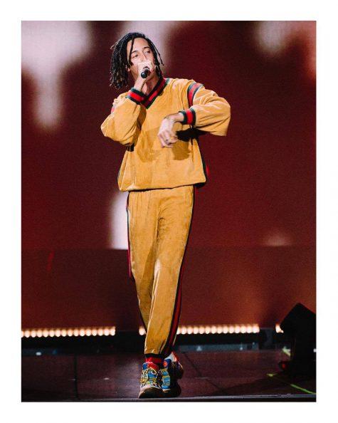Bộ outfit màu nâu caramel mang đậm dấu ấn của phong cách athleisure được phối cùng đôi Gucci Flashtrek đình đám tạo nên hình ảnh ấn tượng cho rapper người Ý. Ảnh: Gucci