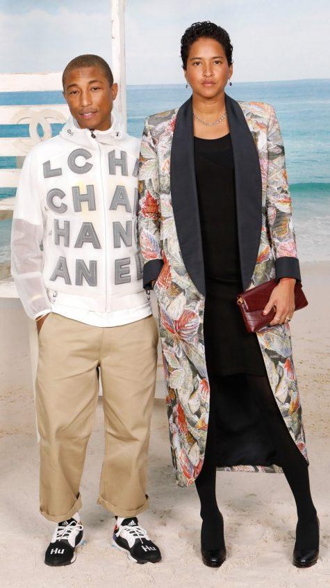"""Chiếc áo khoác Chanel họa tiết chữ bản to đi theo phong cách translucency (mờ đục) đang """"lên"""" hiện nay, chàng thơ của rất nhiều thương hiệu lớn này đã kết hợp cùng quần chinos oversize và thiết kế sneaker mới nhất trong gia đình adidas Hu của mình đã tạo dựng một hình ảnh outfit vô cùng """"đường phố"""". Ảnh: Getty Images"""