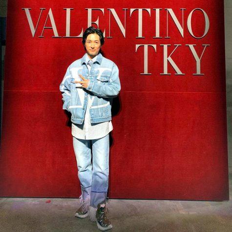 Cán mốc vị trí 11 trong bảng xếp hạng thời trang sao nam của năm 2018 chính là nam thần Nhật Bản Dean Fujioka trong outfit denim-on-denim của nhà Valentino. Điểm nổi bật của bộ trang phục phải kể đến đôi sneaker với phần sau được đính lông thú trông thú vị và vô cùng bắt mắt. Ảnh: Instagram @tfjok