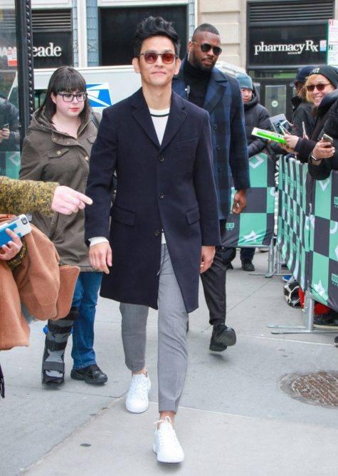 Xếp vị trí thứ 20 trong top thời trang sao nam ấn tượng của năm chính là chàng diễn viên gốc Hàn John Cho với outfit mang đậm tinh thần công sở hiện đại. Áo coat màu xanh navy của A J.Crew được kết hợp thú vị cùng sweater, quần âu và giày thể thao trắng tối giản của Tod's s mang đến cái nhìn năng động cho thời trang công sở. Ảnh: GQ