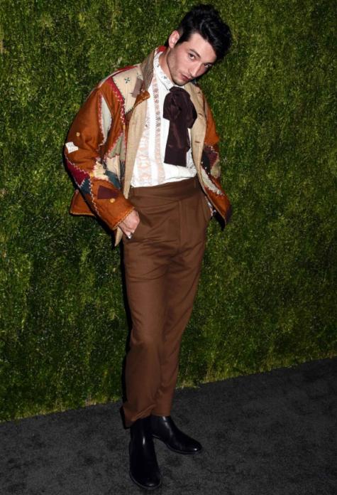Vị trí thứ 3 trong top thời trang sao nam ấn tượng nhất năm 2018 được trao lại cho Ezra Miller với nhiều sự thay đổi tích cực về phong cách thời trang trong năm 2018. Chiếc áo sơ mi hoạt tiết kết hợp với quần âu và được điểm xuyết bằng chiếc áo khoác với nhiều mảng vá khác nhau. Dường như với chàng diễn viên này, thảm đỏ chưa bao giờ là những giây phút nhàm chán mỗi khi an ấy xuất hiện. Ảnh: GQ