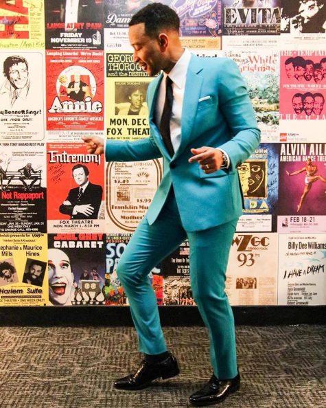 Phong cách cổ điển với bộ suit màu xanh thiên thanh kết hợp cùng bộ đôi sơ mi trắng, cà vạt đen tiếp tục được John Legend lựa chọn làm outfit chủ đạo trong các show biểu diễn. Ảnh: Instagram @johnlegend