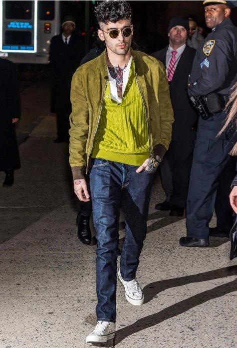 Các mốn vị trí thứ 7 trong top thời trang sao nam nổi bật của năm 2018 là chàng ca sĩ điển trai Zayn Malik với sắc xanh rêu nổi bật của nhà Tom Ford đi cùng đôi sneaker converse trắng tối giản mang tinh thần phá cách, bụi bặm. Ảnh: GQ