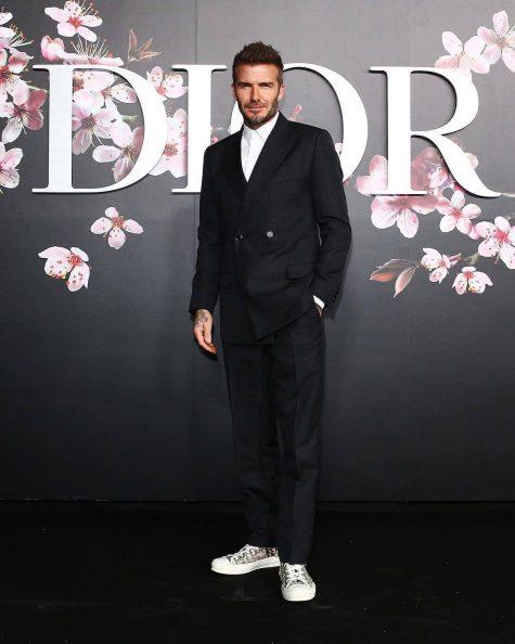 Có mặt trong show diễn Dior Pre-Fall 2019, cựu siêu sao bóng đá người Anh tiếp tục mang đến hơi thở nam tính, mạnh mẽ với bộ suit đen tối giản đi cùng đôi sneaker họa tiết monogram. Có thể nói đây cũng là bức ảnh đại diện tiêu biểu cho xu hướng thời trang 2018: khi thời trang may đo kết hợp cùng trào lưu đường phố. Ảnh: Dior
