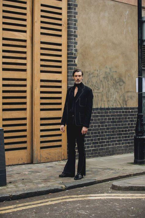 Outfit đồng điều từ áo, quần đến giày tạo nên hơi thở cổ điển. Mẫu quần ống loe gợi lại văn hóa disco rực rỡ. Ảnh: Vogue UK