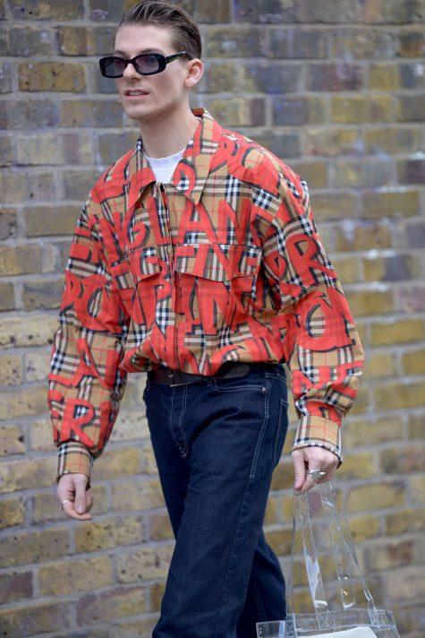 Burberry dưới thời Riccardo Tisci tiếp tục khiến giới mộ điệu thời trang phát cuồng với những thiết kế phá cách, phù hợp với tính chất đường phố nổi loạn. Ảnh: Vogue