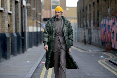 Bản phối thú vị với mũ len vàng, áo coat cách nhiệt màu rêu tạo nên hình ảnh ấn tượng ở tuần lễ thời trang London 2019. Ảnh: Vogue