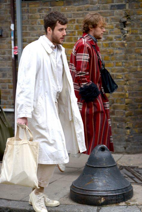 Áo coat sắc trắng tôn lên hơi thở tinh tế. Ảnh: Vogue