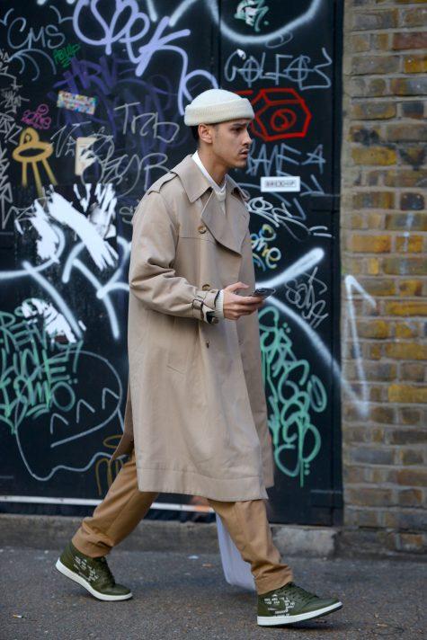 Sneaker và mũ len tạo nên bản phối ngẫu hứng với trench coat màu camel. Ảnh: Vogue