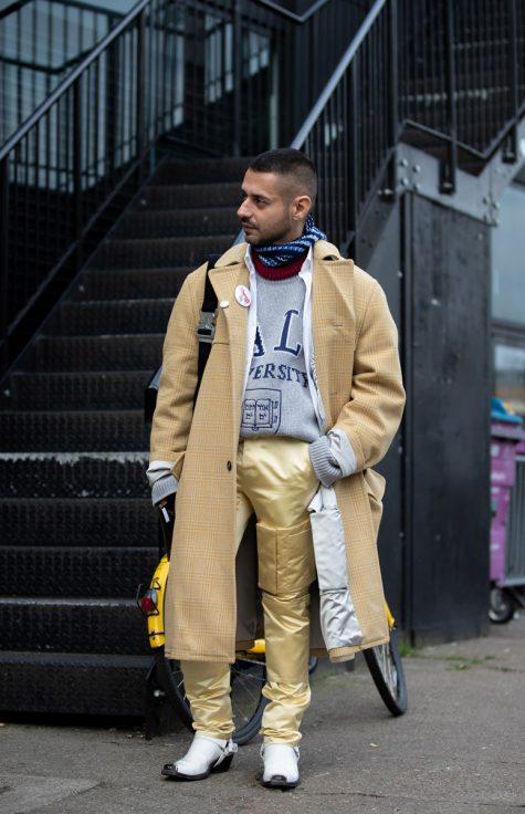 Bản phối độc đáo giữa áo thun, quần chất liệu ánh kim cùng trench coat mang đậm cảm hứng tương lai, mới mẻ và hiện đại. Ảnh: Vogue