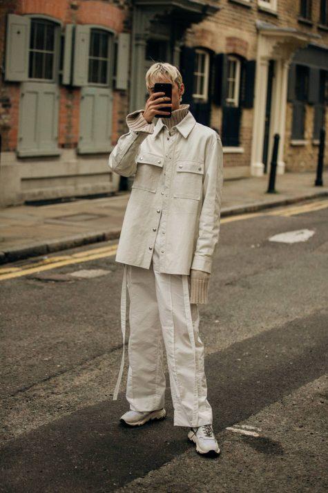 Set đồ trắng nhẹ nhàng thích hợp cho những ngày lạnh cuối Đông. Ảnh: Vogue UK