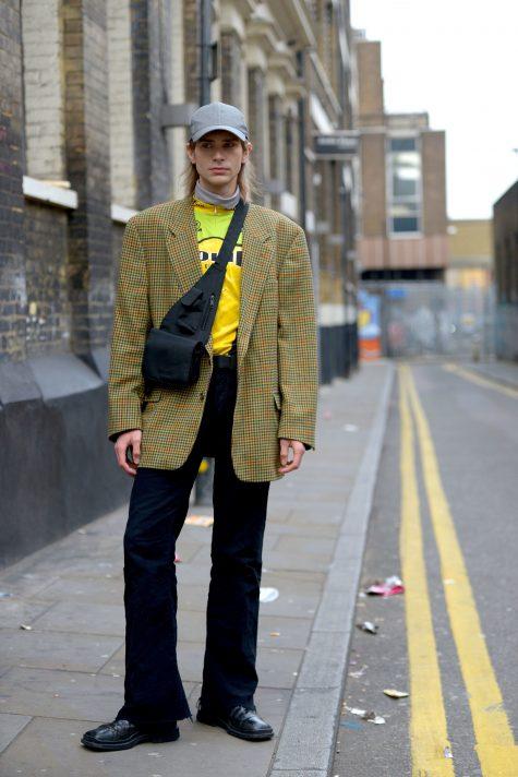 Quần oversized đi cùng áo coat ca-rô, túi crossbody và mũ lưỡi trai hợp mốt. Ảnh: Vogue USA