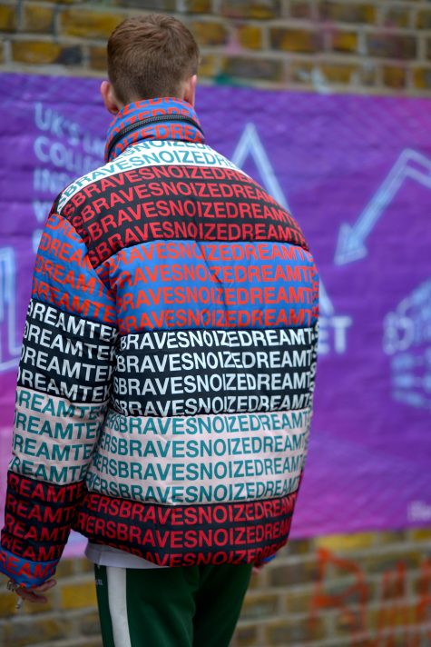 Tuần lễ thời trang London chứng kiến sự hiện diện của những kiểu áo cách nhiệt in họa tiết typography ấn tượng với nhiều màu sắc đan xen. Ảnh: Vogue