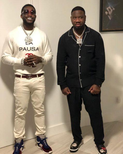 Gucci Mane (trái) gây ấn tượng với outfit kết hợp giữa tinh thần Chanel thanh lịch với các phụ kiện mang đậm nét đường phố. Ảnh: Instagram @laflare1017