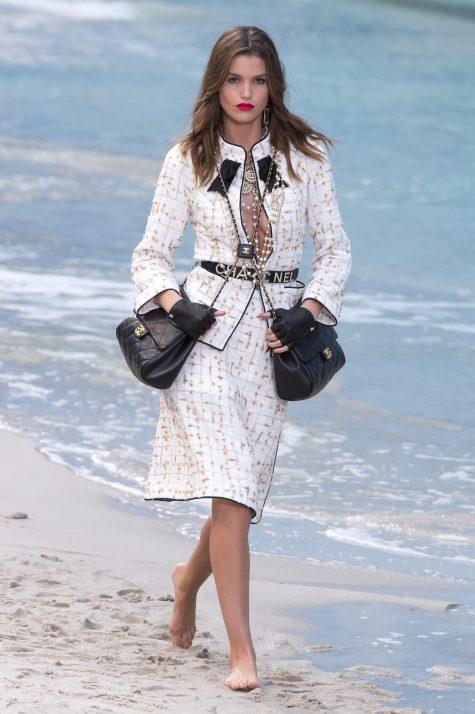 """Tinh thần """"more is more"""" được nhà mốt truyền tải đến những mẫu túi xách được nhân đôi. Ảnh: Vogue"""