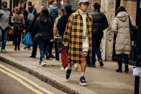Trench coat kết hợp quần short mà vẫn chất lừ, tại sao không? Ảnh: Vogue