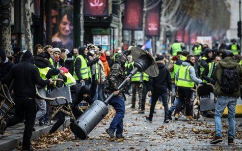 """Nhóm """"áo khoác vàng"""" trong cuộc biểu tình ở Pháp hồi tháng 11 vừa qua. Ảnh: Leparisien"""