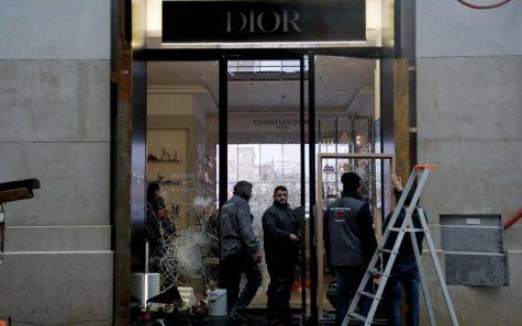 Cửa hàng Dior bị ảnh hưởng nặng nề. Ảnh: Le Parisien