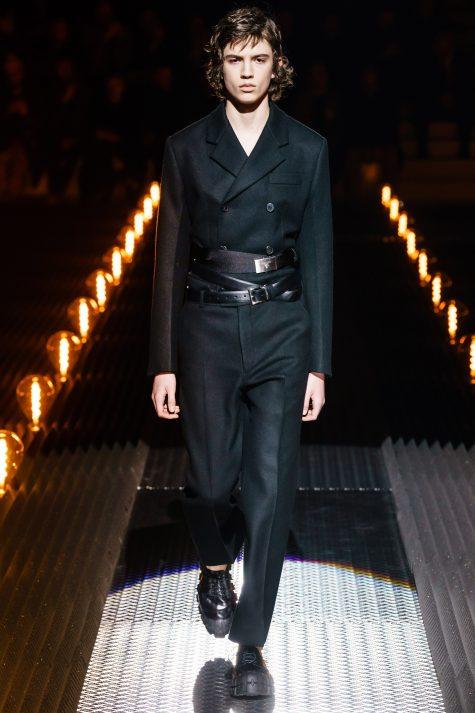 Hoặc hai chiếc thắt lưng như Prada? Ảnh: Vogue