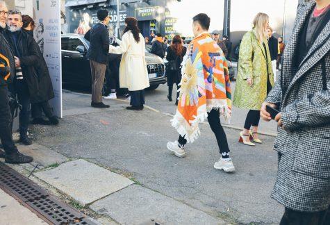 Chiếc áo khoác họa tiết mang phpng cách bohemian nổi bật trong sắc cam san hô. Ảnh: Vogue