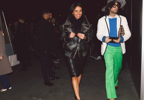 Quần xanh lá, áo phông xanh dương đậm, blazer và nón rộng vàng - một bản phối mang đậm tinh thần của Alessandro Michele. Ảnh: Vogue