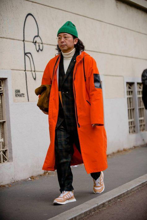 Bản phối nổi bật cùng suit với áo khoác màu cam san hô và mũ len xanh lá. Ảnh: GQ UK