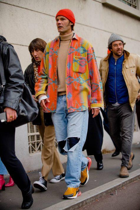 Sơ mi khoác ngoài với họa tiết thổ cẩm tiếp tục hành trình tạo nên sức hút cho người yêu thời trang thông qua sắc cam san hô thời thượng., Ảnh: GQ UK