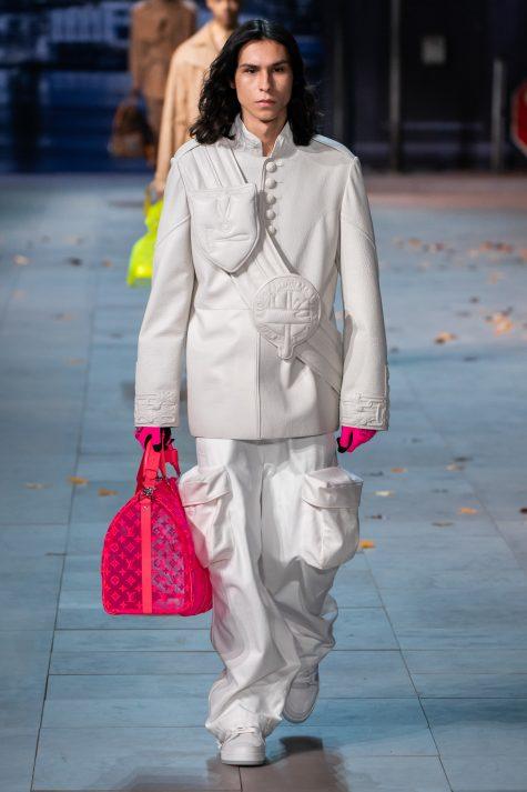 Túi xách chất liệu trong với màu hồng nổi bật gợi nhớ đến câu chuyện màu sắc và giấc mơ thời trang của Virgil Abloh. Ảnh: Vogue