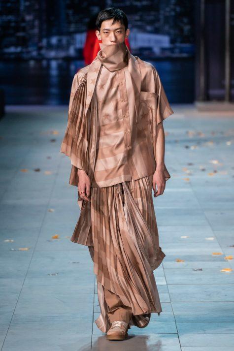Bộ sưu tập Louis Vuitton Thu-Đông nam 2019 còn mang đến kiểu váy xếp ly cực kỳ nữ tính. Ảnh: Vogue